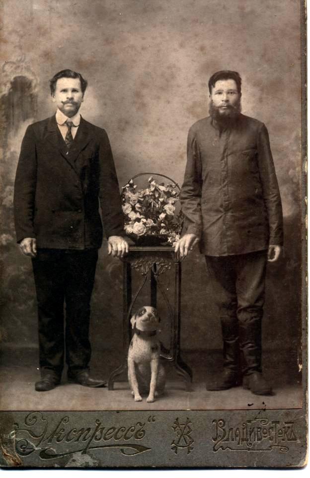Переселенец 1912 г. из с. Дедюшки Витебской губернии, старообрядец Пименов Кондратий Тимофеевич, 1975 г.р. (справа)
