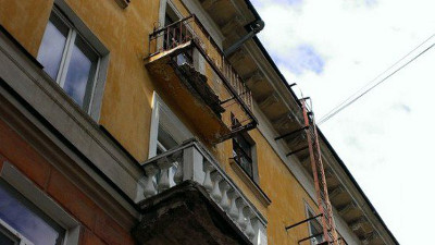 В центре петрозаводска балкон рухнул прямо на тротуар.